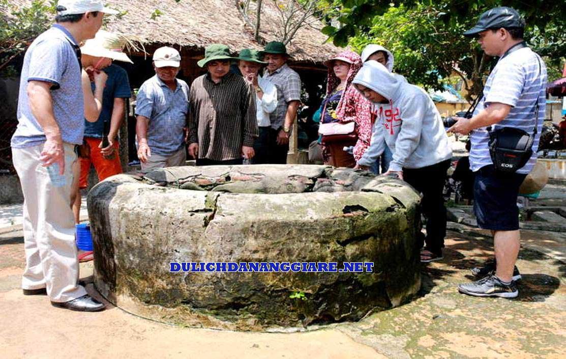 Khách tham quan giếng cham pha trong tour du lịch Cù Lao Chàm
