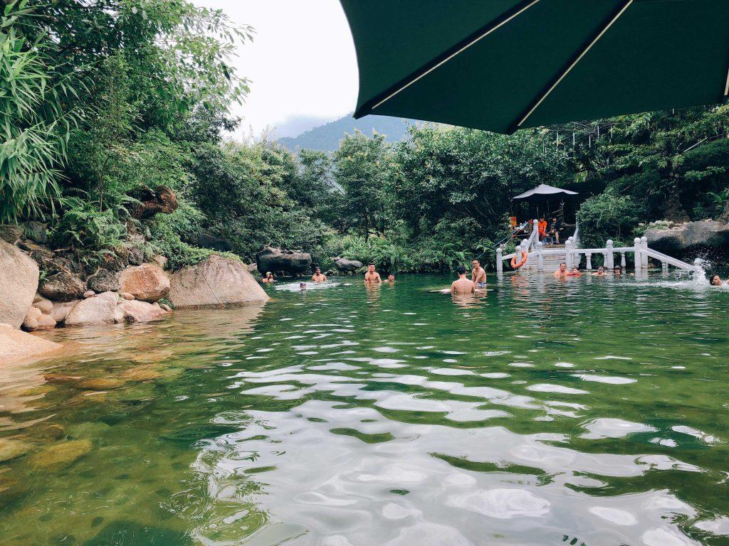 Hồ tắm nước nóng - Kinh nghiệm du lịch Núi Thần Tài 1 ngày
