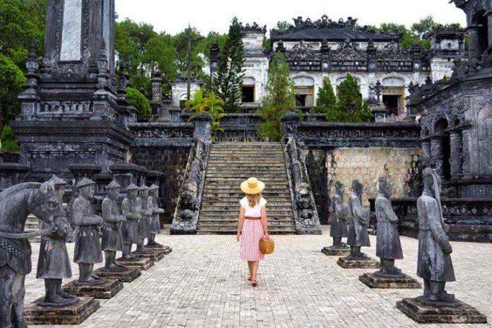 Lăng khải định tour Huế 1 ngày
